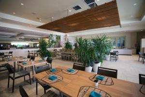 Courtyard Cafe Tropical