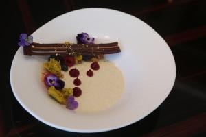 Panna Cotta de yogur griego con bayas y bizcocho de pistacho